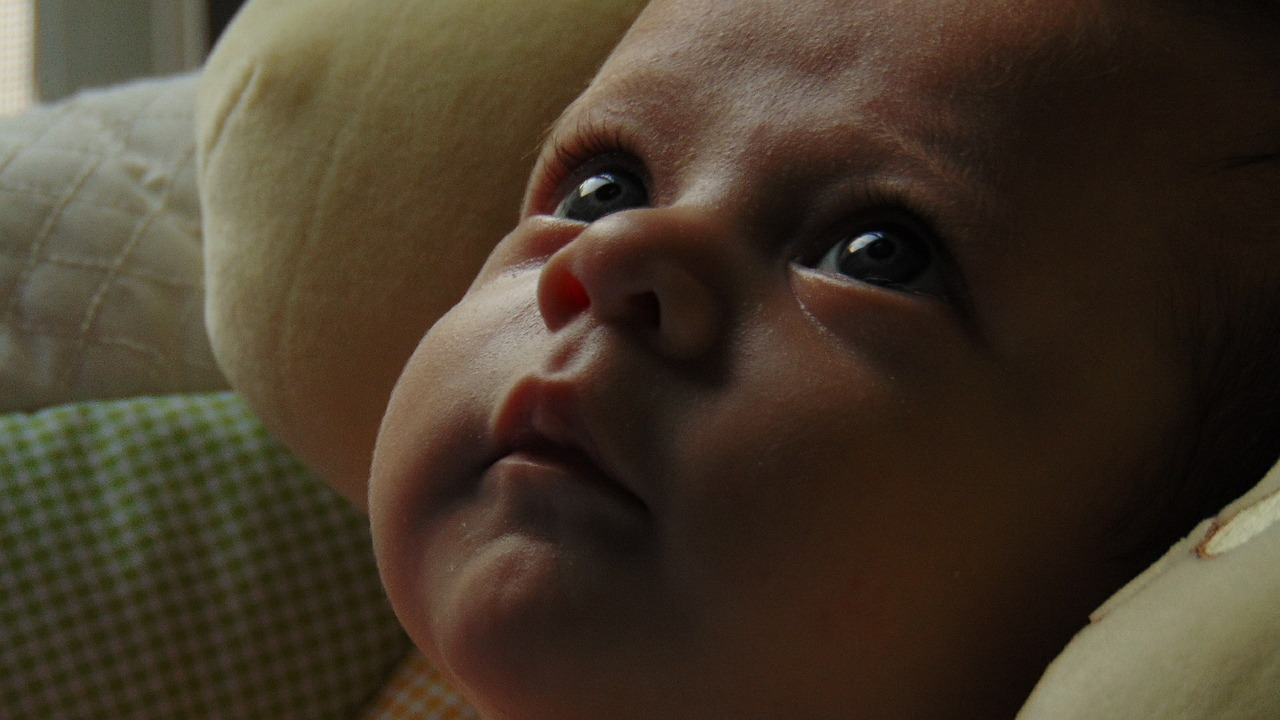 новорожденный смотрит на маму