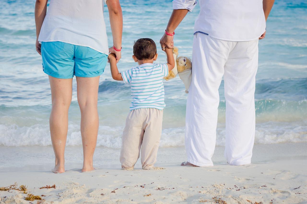 родители учат ходить сына