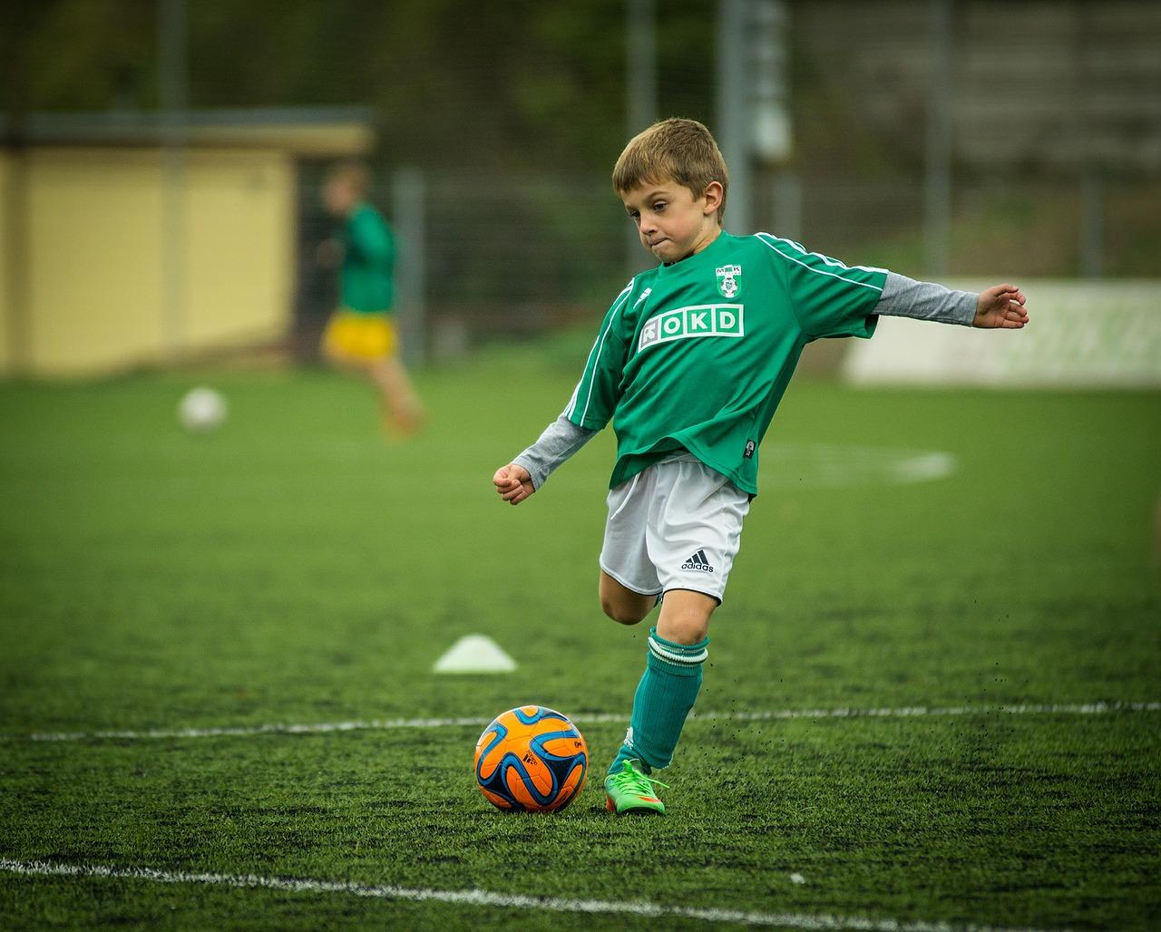 мальчик тренирует удар