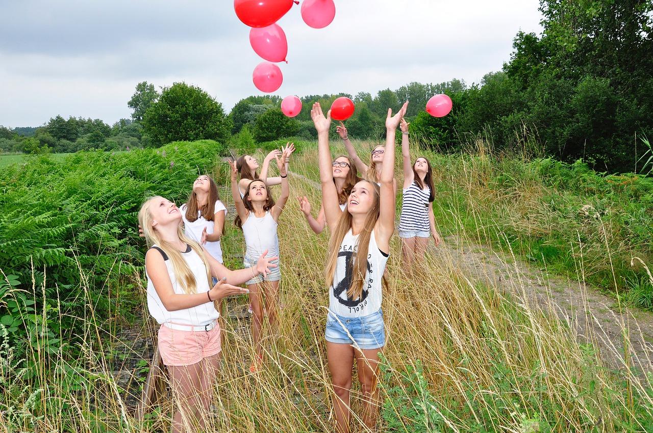 девочки-подростки веселятся