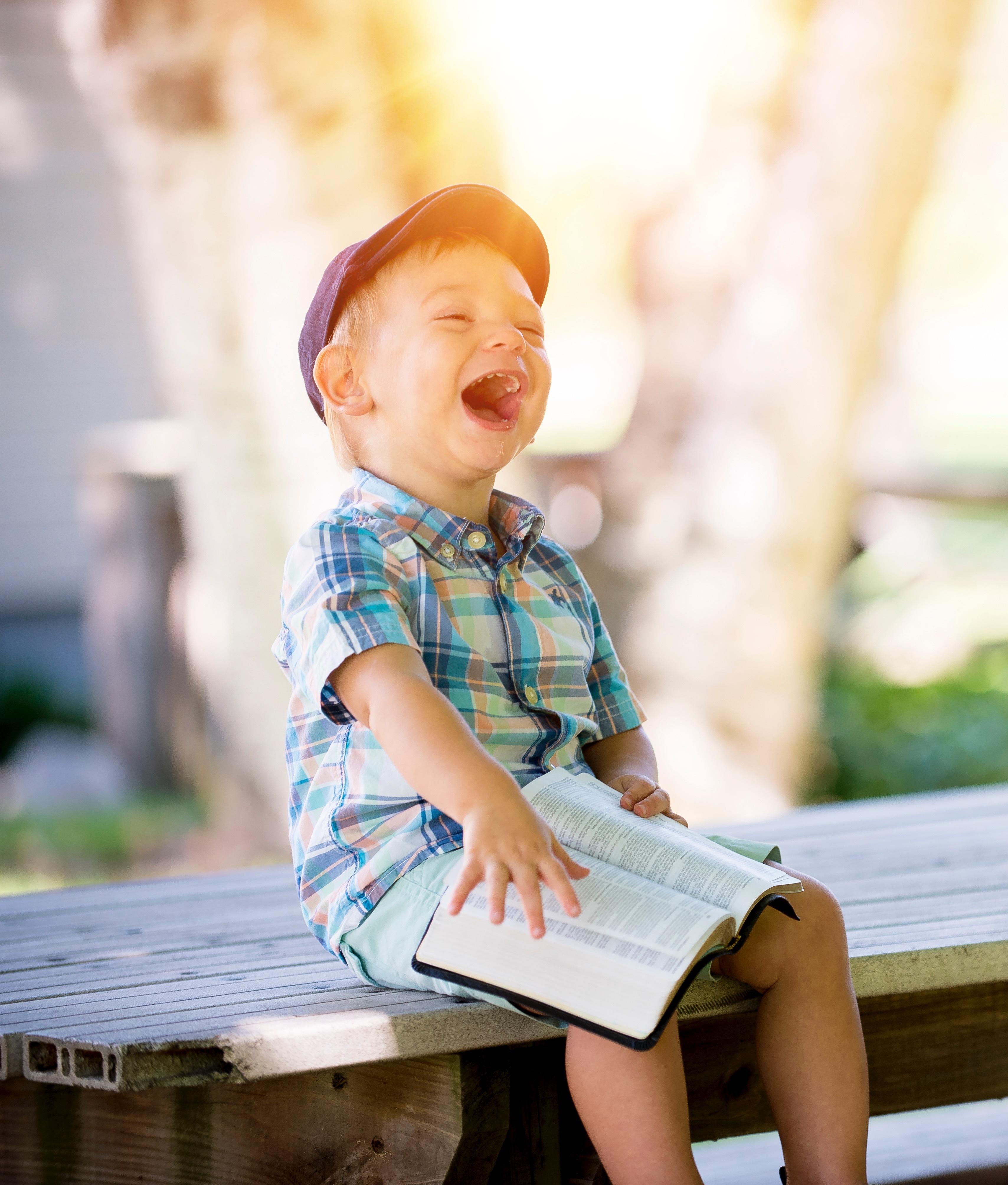веселое чтение ребенка