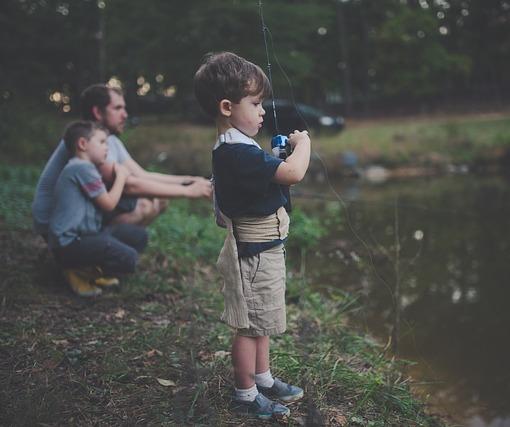 совместная рыбалка отца и сыновей
