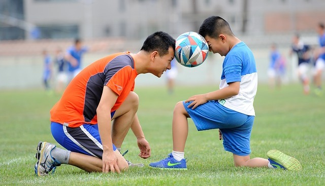 папа и сын на футбольном поле