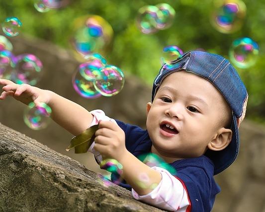 малыш ловит мыльные пузыри