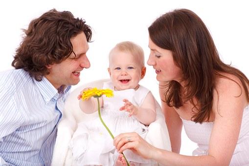 дочка в окружении мамы и папы