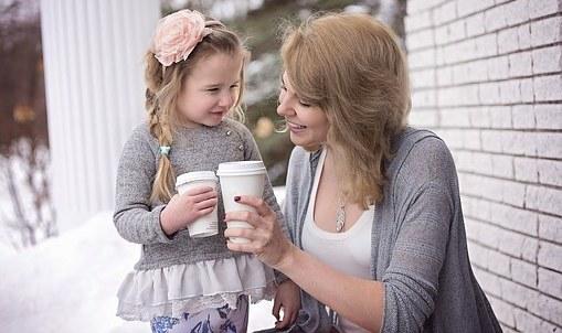 заботливая мама с дочкой